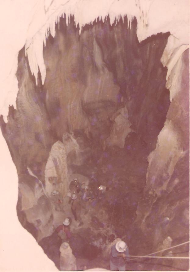 """Foto originale dell'epoca.La """"Sala del Trono"""" durante una fase della discesa nel pozzo Ancona di un componente del Gruppo Speleologico Marchigiano C.A.I di Ancona."""