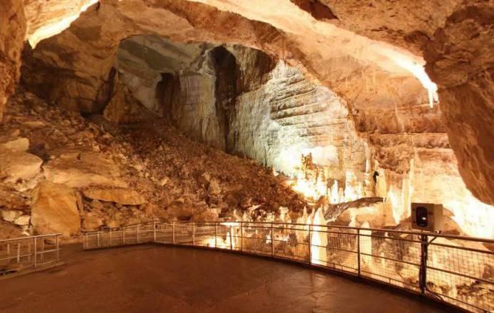 """A sinistra, la gigantesca frana al centro della quale sono """"atterrati"""" i primi speleologi anconetani scopritori delle grotte."""