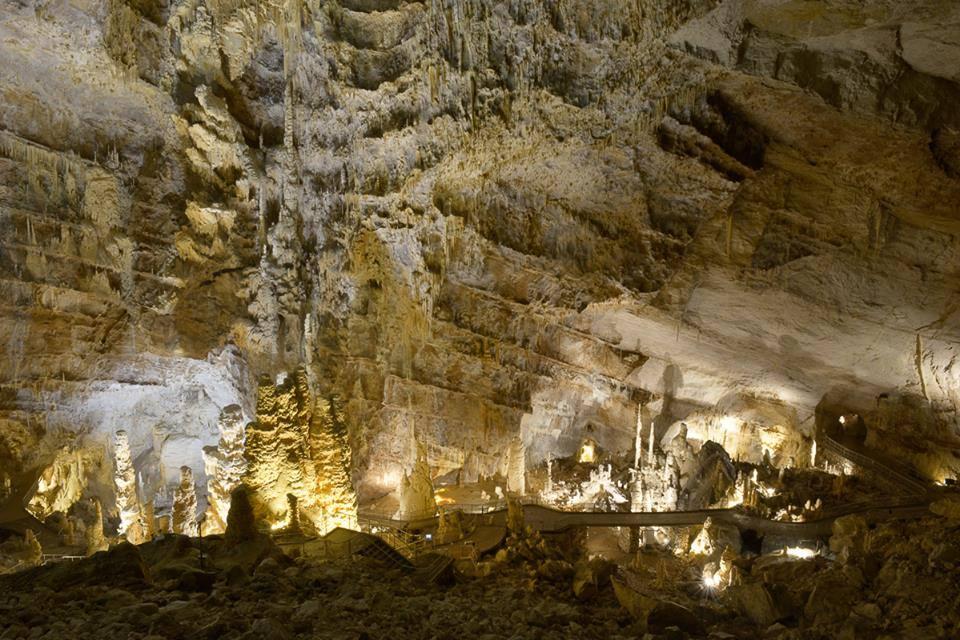A destra il punto dove spunta il tunnel turistico all'interno delle grotte.