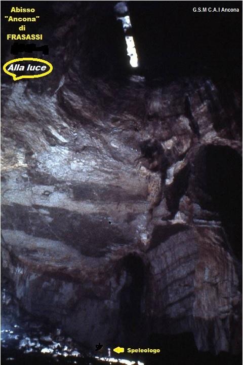 """Il pozzo a campana """"Ancona"""" illuminato nella parte superiore dai flash degli speleologi; notare la microscopica sagoma dell'esploratore """"atterrato"""" 120 metri più in basso."""