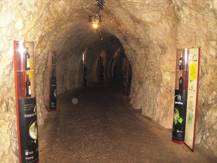 Il comodo e facile tunnel di accesso alla Grotta Grande del Vento di Frasassi