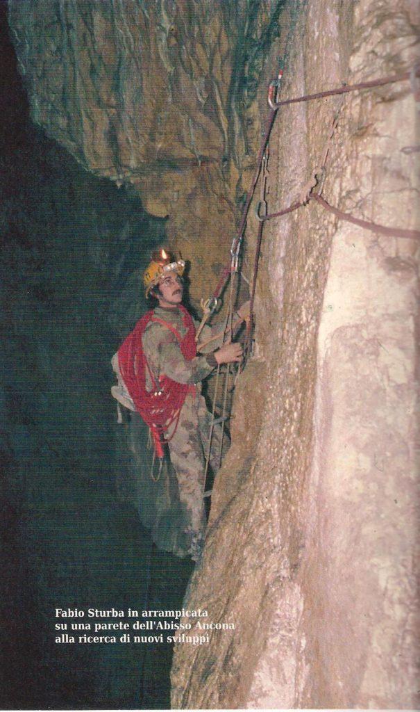 Fabio Sturba in attività di esplorazione sulle pareti dell'Abisso Ancona.