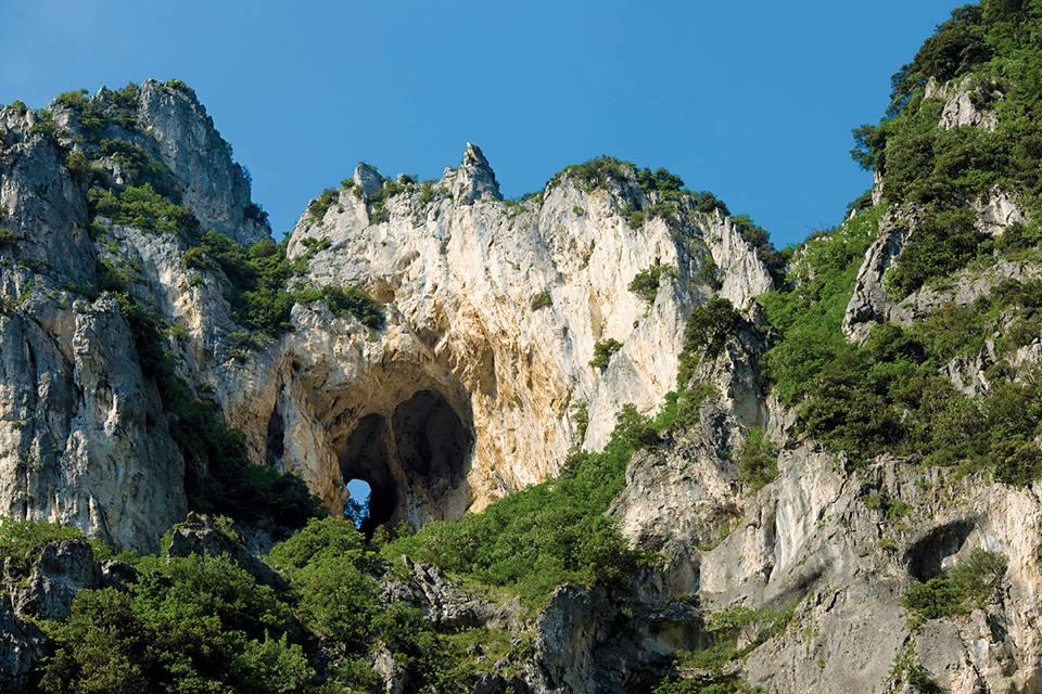Il foro degli Occhialoni che si trova nel versante opposto della gola a quello della entrata naturale alla Grotta Grande del Vento di Frasassi.
